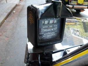 Taxmeter an einem Auto Riksha in Indien