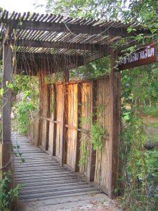 Ashram - Der Eingang zu einem verlassenem Ashram in Indien
